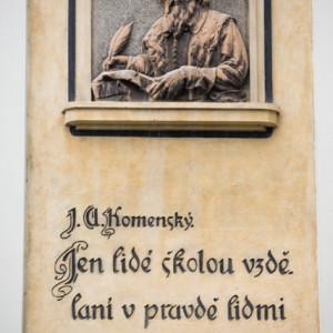 Reliéf s citátem J. A. Komenského na fasádě základní školy na Komenského náměstí v Třebíči