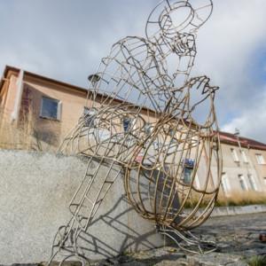 Drátěná socha muže se síťovkou na náměstí Republiky ve Žďáře nad Sázavou