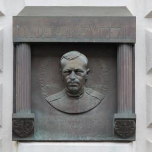 Pamětní deska na bývalém pelhřimovském gymnáziu připomíná smutný osud plukovníka Švece